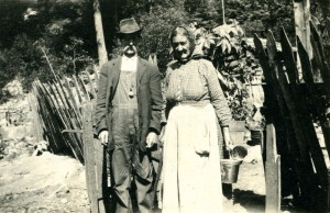 Fiddling John Lewis and his wife, Louize. [lave017.jpg]